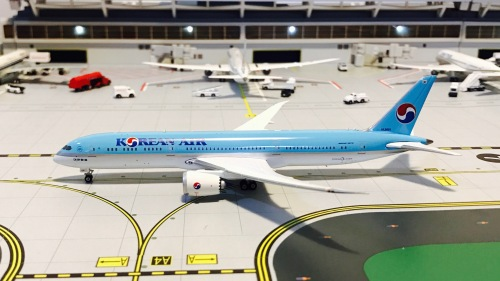 Korean Air 大韩航空 Boeing 787-9 HL8081 1990s colors. With rolling gears. PH04126 Phoenix 1:400