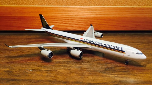 Singapore Airlines 新加坡航空 Airbus A340-500 9V-SGA 2006s colors. With rolling gears. PH10557 Phoenix 1:400