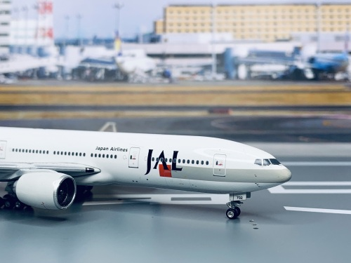 Japan Airlines 日本航空 Boeing 777-200 JA702J 2010s color. With rolling gears. PH10414 Phoenix 1:400
